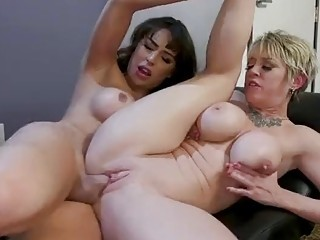 Big ass tranny drills a curvy blonde MILF on sofa